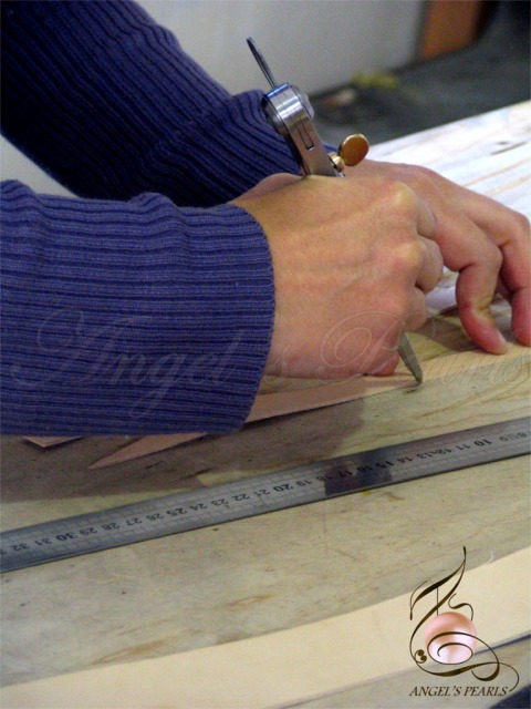 Traçage parallèle avec le compas sur du cuir.